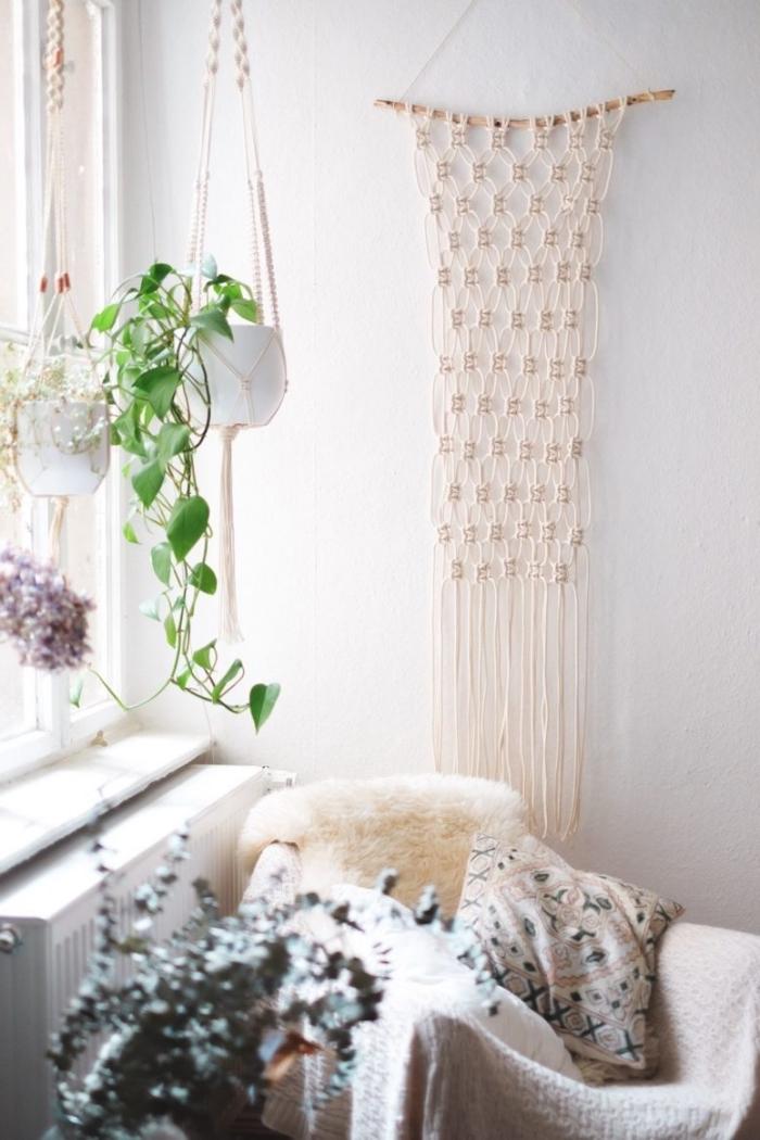Soggiorno decorato con un macramè corda bianca e portavaso con trecce