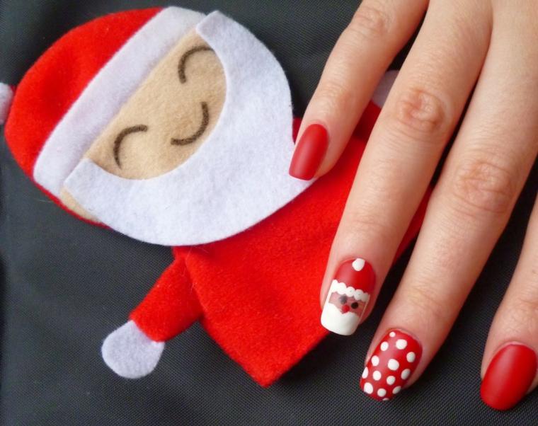 Nail art natalizie per delle unghie lunghe di colore rosso con disegni pois e Babbo Natale
