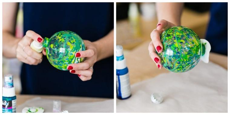Palline di Natale fai da te con sfere di plastica trasparente e colori acrilici
