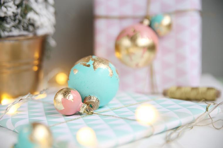 Addobbi natalizi fatti a mano, palline di varie dimensioni dipinte