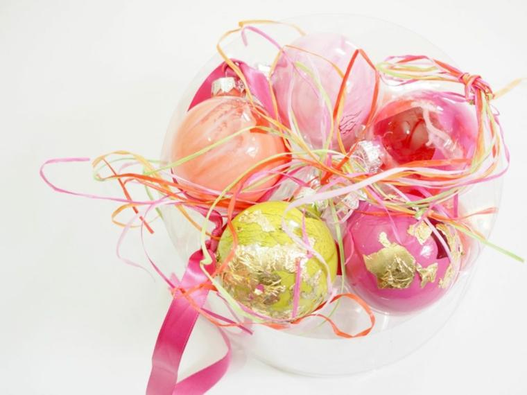 Lavoretti di Natale fai da te facili e un'idea con palline colorate da appendere all'albero