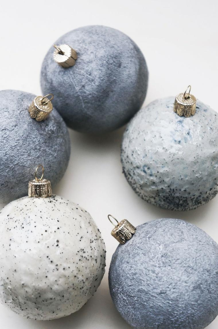 Addobbi natalizi fai da te e un'idea con palline di colore grigio effetto marmo