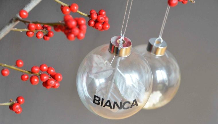 Palle di Natale fai da te e un'idea con sfere trasparenti con il nome incollato