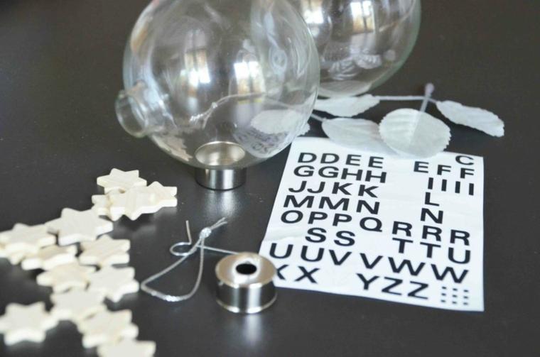 Palle di Natale fai da te e un'idea con sfere trasparenti e stelle di legno all'interno