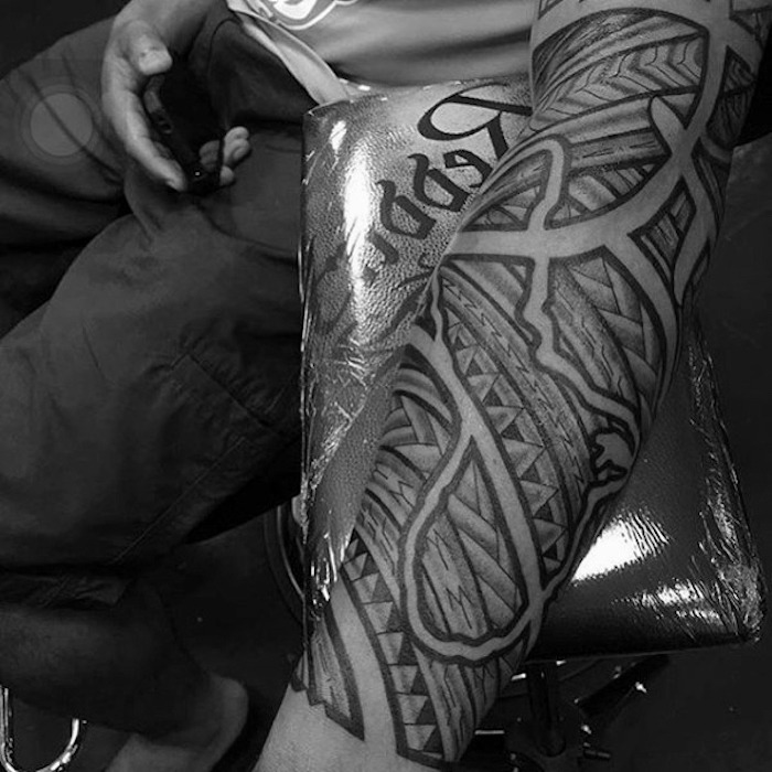 Il braccio di un uomo tatuato con motivi maori