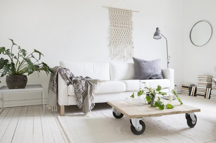 Macramè tutorial e un'idea per l'arredamento del soggiorno con un tavolino basso di legno con ruote