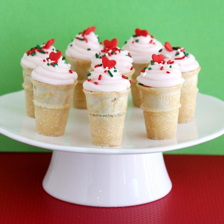 Dessert natalizio con bicchierini di biscotti e panna montata decorata con granelli di zucchero colorato