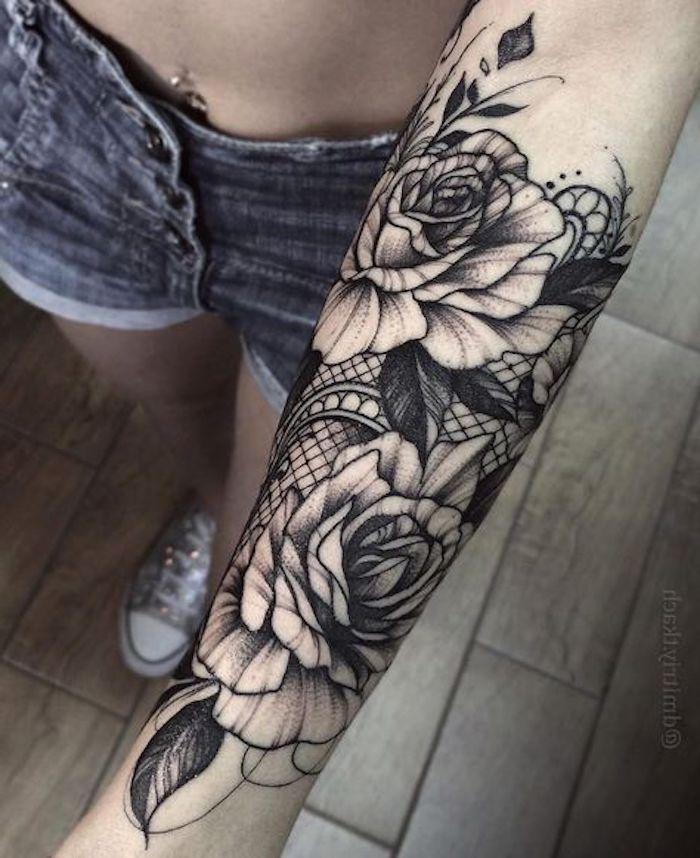 Tatuaggio avambraccio di una donna con disegni di fiori con petali