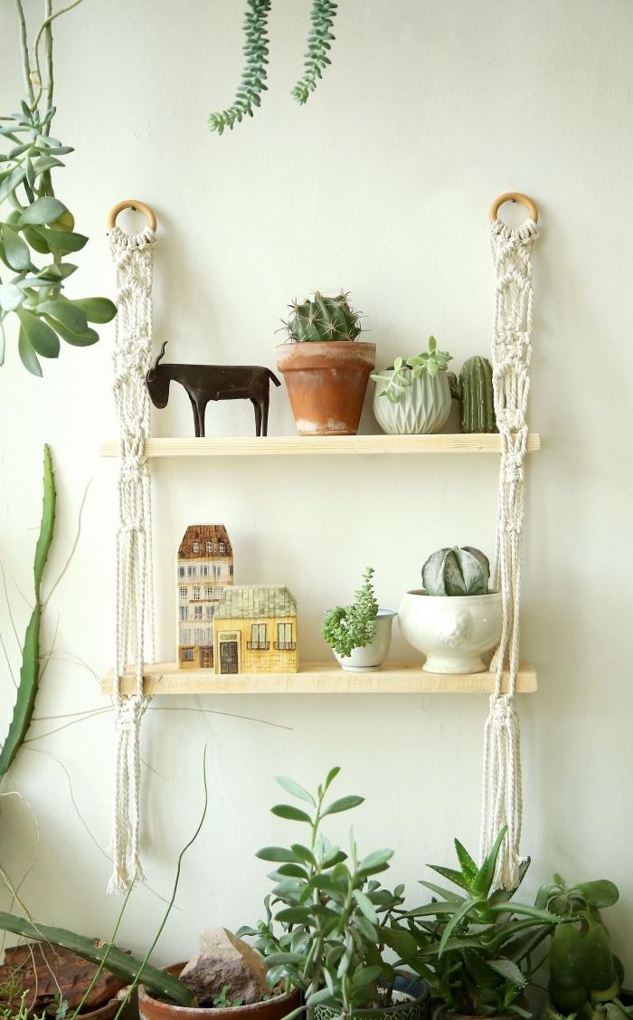 Mensola di legno con un sostegno macramè intrecci, decorazione con piante grasse in vasi