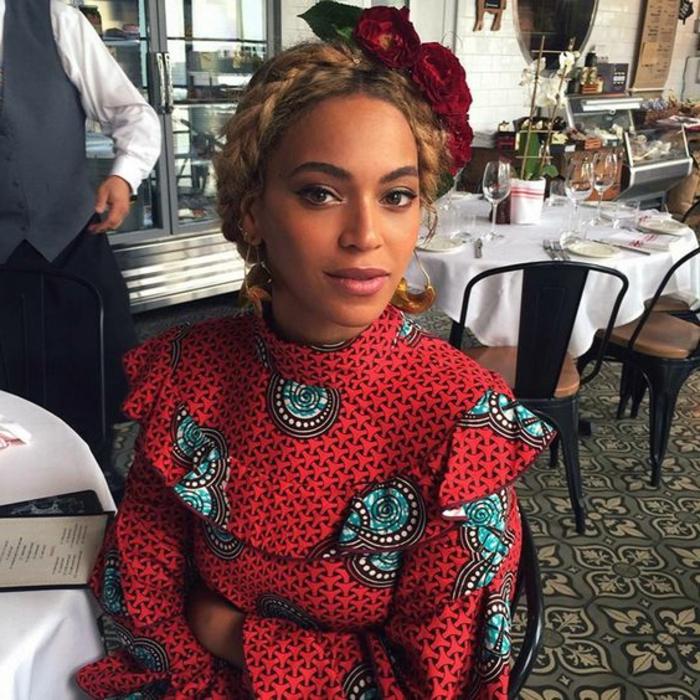La cantante Beyoncé con un abito realizzato con stoffe africane di colore rosso