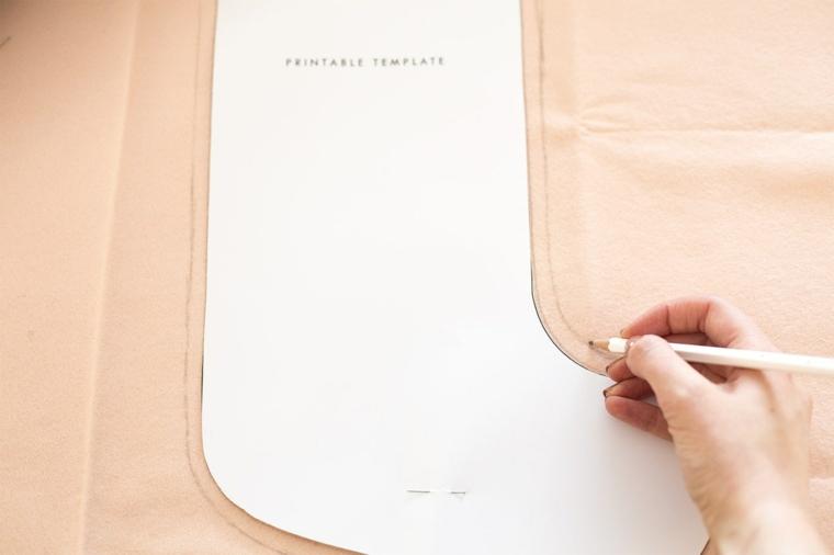Tutorial per dei lavoretti di Natale facili, la sagoma di una calza disegnata su un foglio di feltro rosa