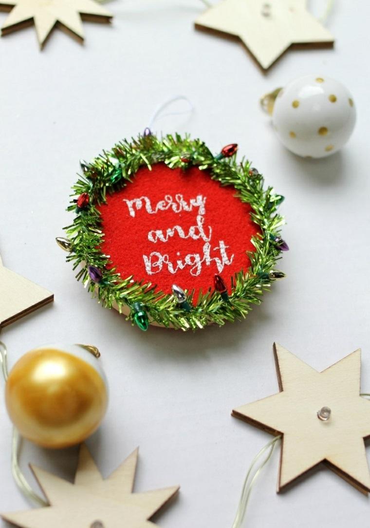 Una ghirlanda di fili luminosi con stelle di legno e piccolo festone di feltro rosso con scritta