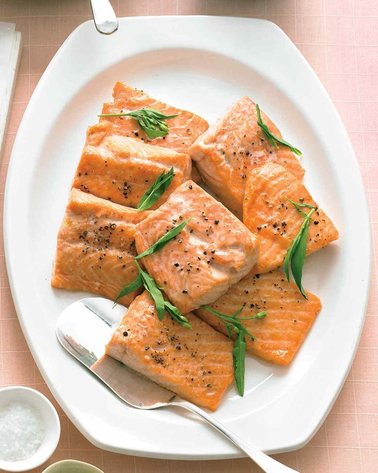 Cena natalizia con dei filetti di salmone alle erbette e pepe nero macinato