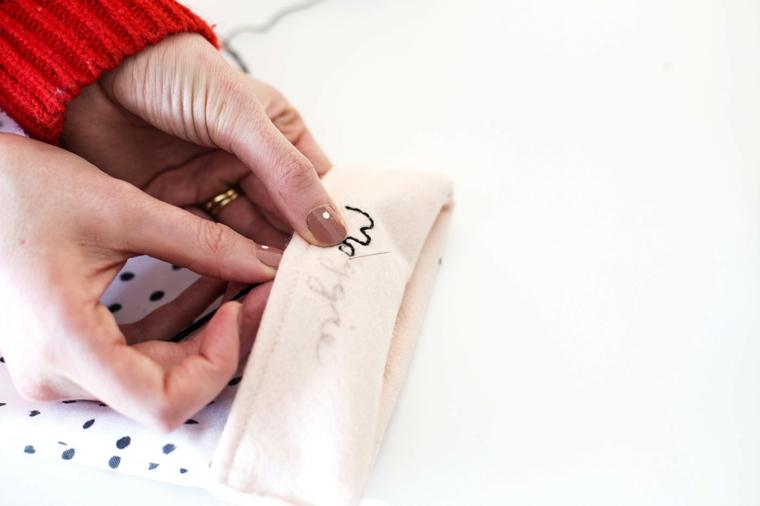 Decori natalizi e un'idea con calza da appendere, il nome ricamato con del filo da ricamo nero