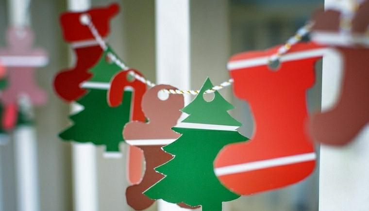 Addobbi di Natale fai da te e una ghirlanda di ornamenti di carta su un filo