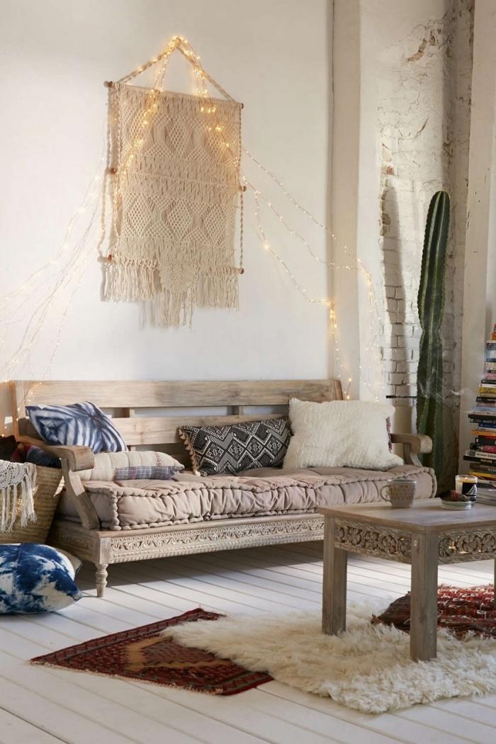 Salotto arredato in stile vintage e decorato con un macramè e filo luminoso