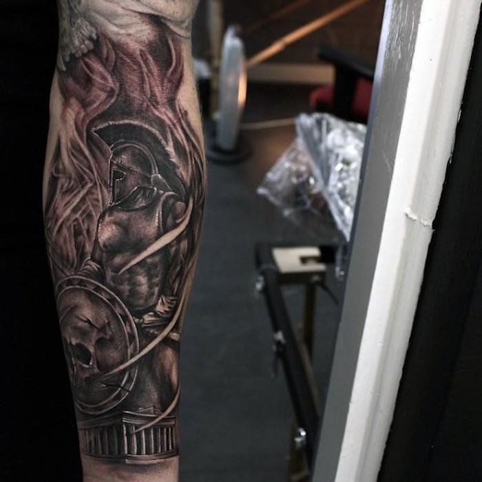 Gladiatore con scudo tatuato sull'avambraccio di un uomo