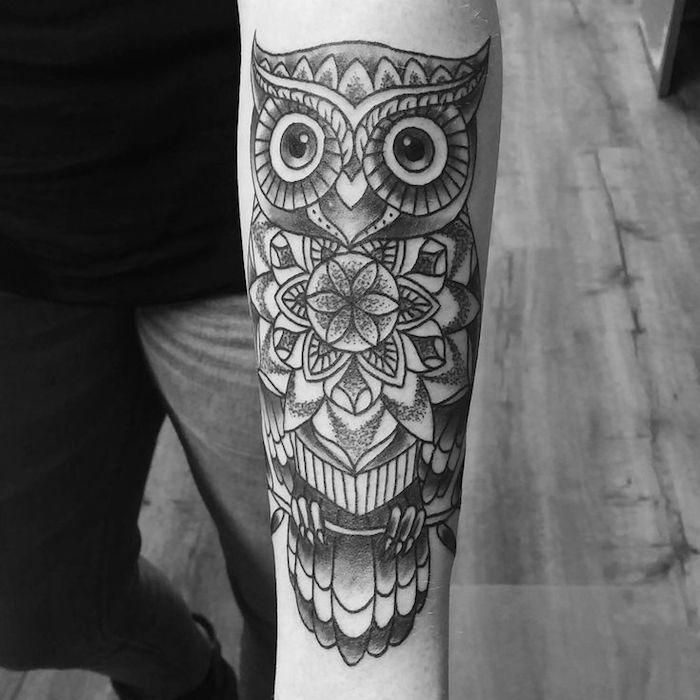 Idea per dei tatuaggi sulla spalla uomo, disegno tattoo di un gufo con motivi mandala