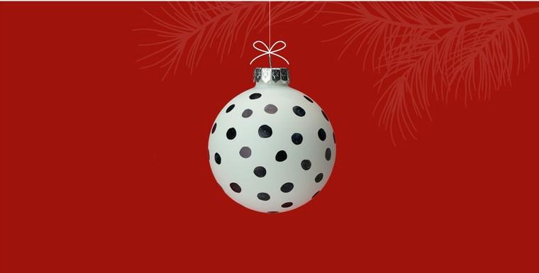Decorazioni natalizie fai da te per la casa, pallina da appendere bianca con pois nere