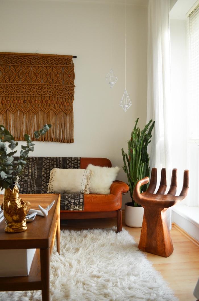 Un soggiorno arredato in stile rétro e decorato con un macramè di colore marrone