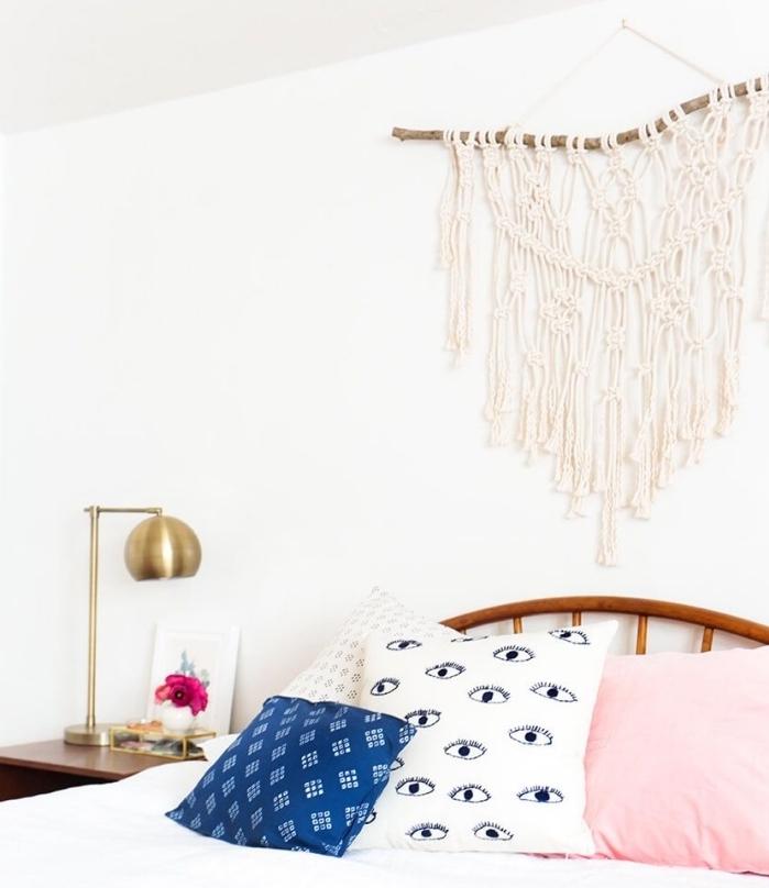 Camera da letto con una decorazione da parete boho di macramè