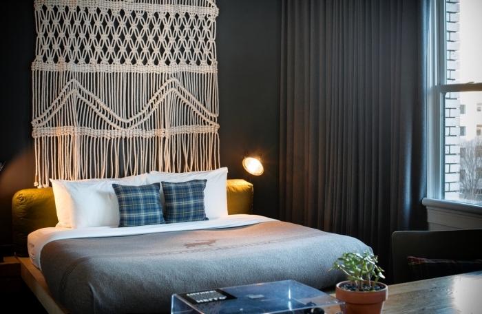 Camera da letto arreda in stile moderno con un grande macramè e frange