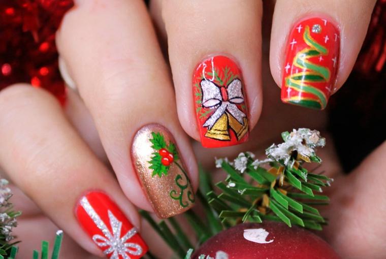 Idea per la decorazione delle unghie rosse argento con disegno natalizi glitter