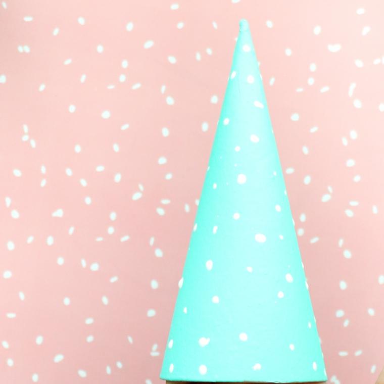 Albero natalizio di cartone a forma di cono dipinto di azzurro con pois, lavori natalizi fatti a mano