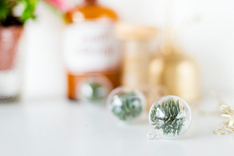 Lavoretti di Natale facili, sfere di plastica con rametti di pino all'interno
