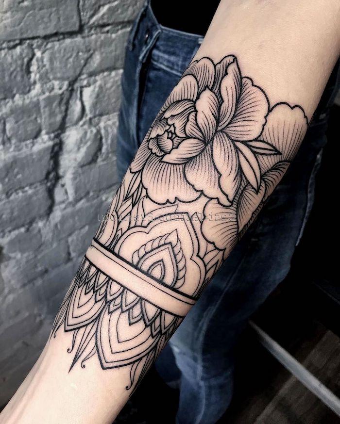 Tattoo avambraccio di una donna con disegno mandala e fiore di loto