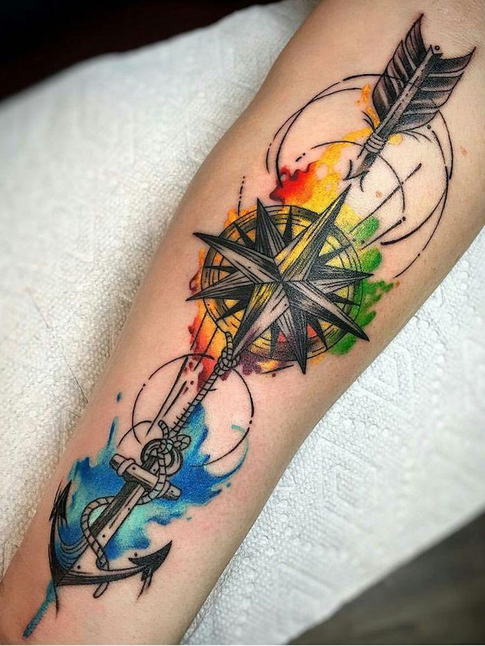 Tattoo con motivi significativi e disegni colorati, tatuaggi sulla spalla uomo e avambraccio