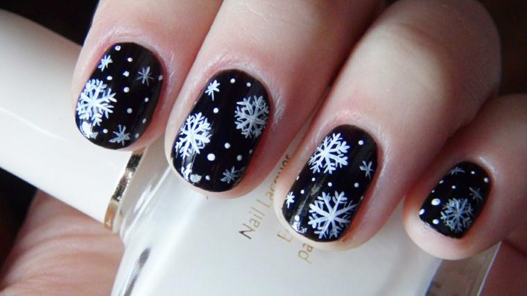 Idea unghie decorate con disegni e smalto bianco su una base di colore nero