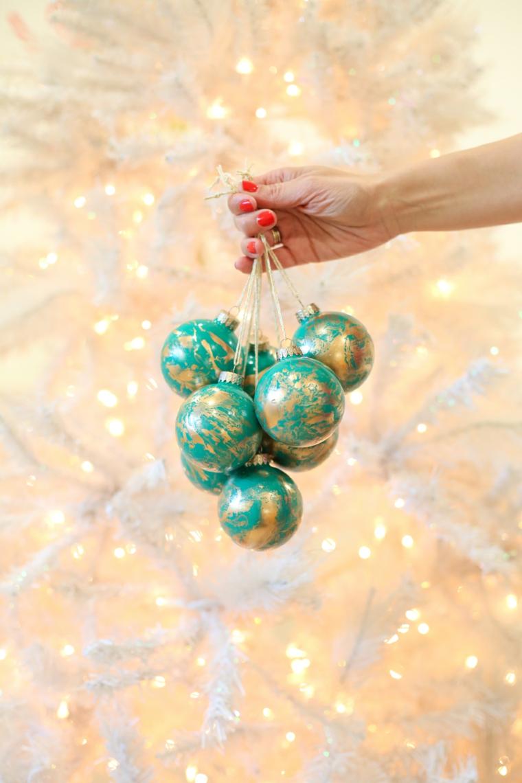 Decorazioni natalizie fai da te, palline di colore verde dipinte a mano