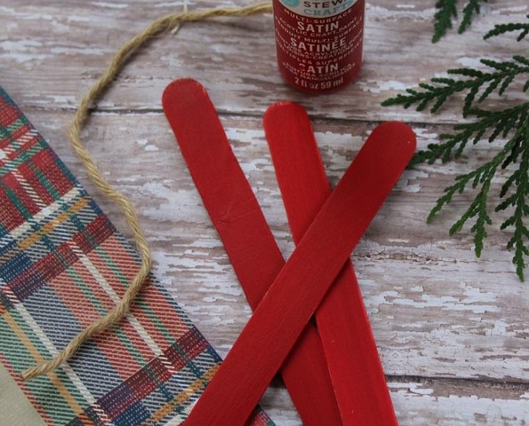 Decorazioni natalizie fai da te con bastoncini di legno dipinti di rosso