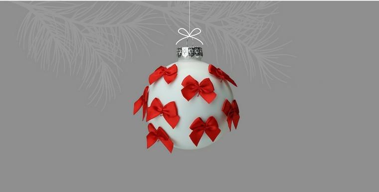 Addobbi natalizi fatti a mano, pallina da appendere di colore bianco decorata con fiocchi rossi