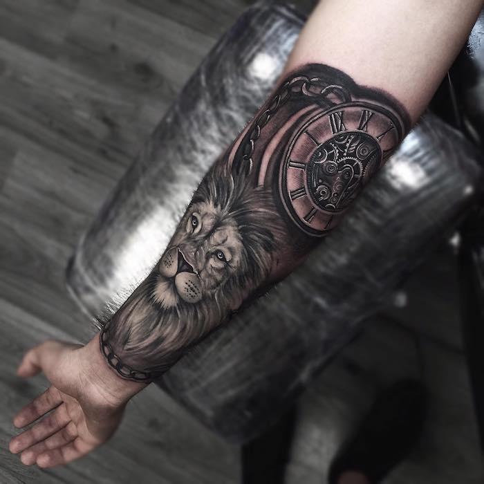 Disegno molto grande per tatuaggio braccio uomo con un leone e orologio vintage