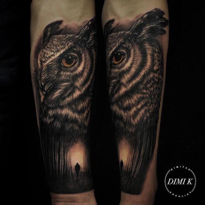 Tattoo uomo braccio con disegno realistico di un gufo e foresta