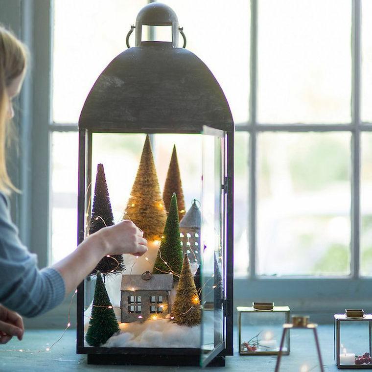 Decorazioni natalizie fai da te, lanterna di metallo con ornamenti e filo luminoso