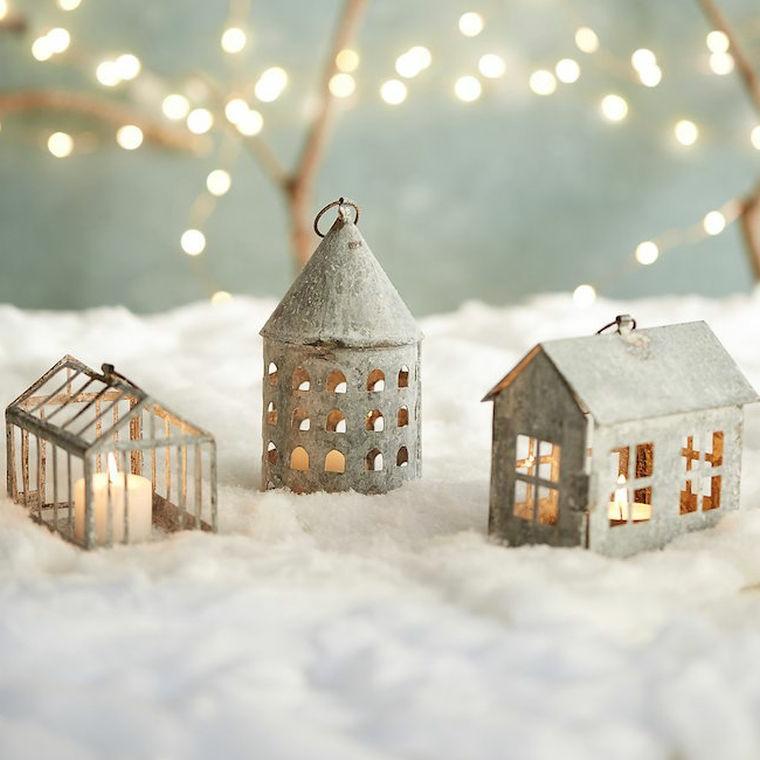 Creazioni di Natale fatte a mano e un'idea con lanterne di metallo con candele