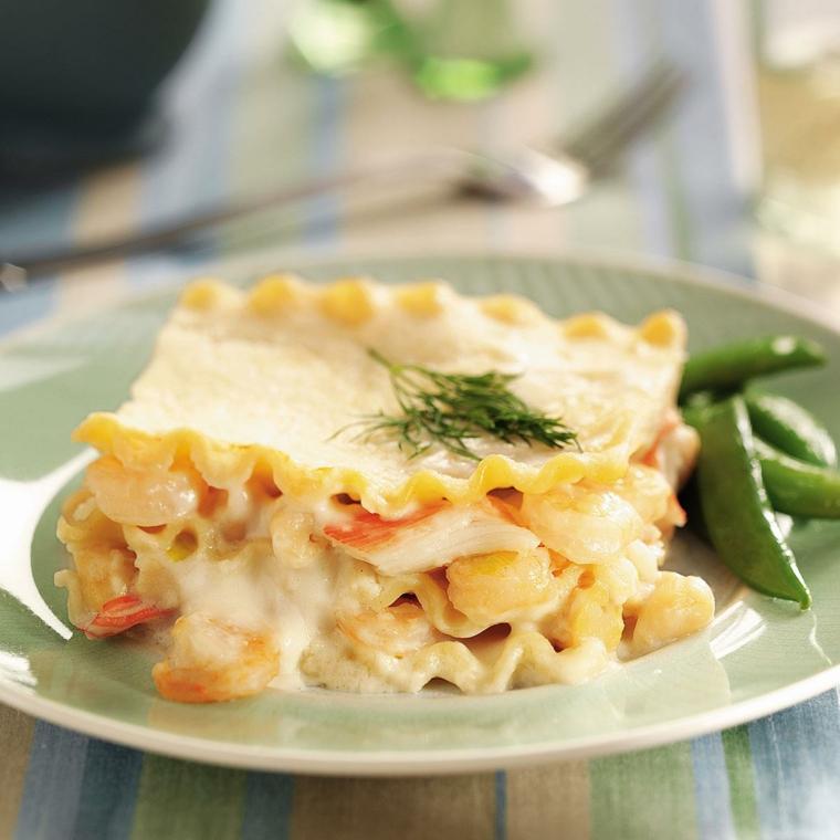Cena della vigilia e un piatto di lasagna ai frutti di mare con formaggio fuso