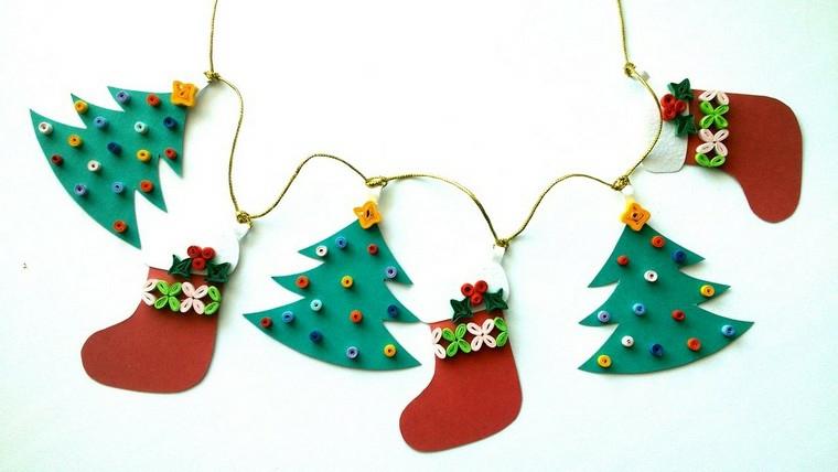 Lavoretti di Natale per bambini, ghirlanda con ornamenti tipo albero e calza