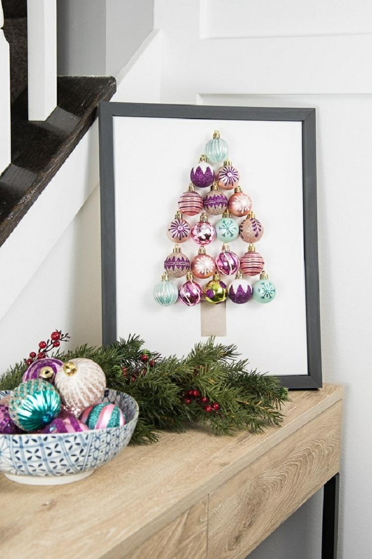 Alberi di Natale fai da te originali e un'idea con un quadro con palline incollate