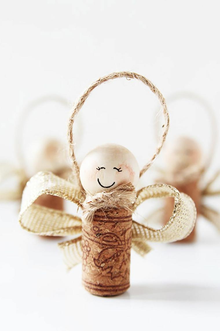 Idea per dei lavoretti natalizi con un tappo di sughero, palline di legno e filo di canapa