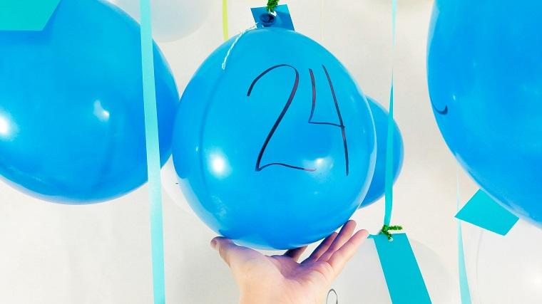 Addobbi di Natale fai da te con palloncini azzurri come calendario dell'Avvento