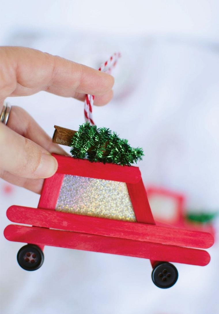 Idea per dei lavoretti natalizi con i stecchini di legno dipinti di rosso per creare un camioncino