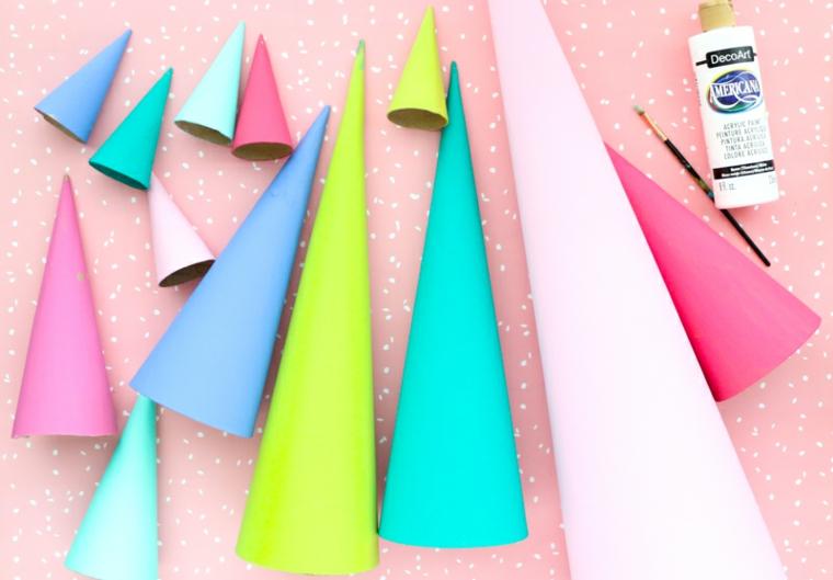 Creazioni di Natale fatte a mano con coni ci cartone dipinti di vario colore