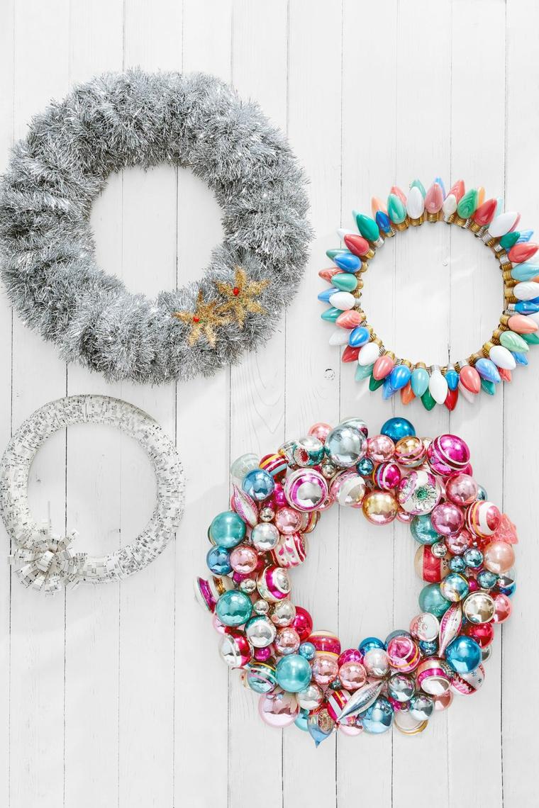 Festoni natalizi con palline colorate e lampadine attaccate su un anello di metallo