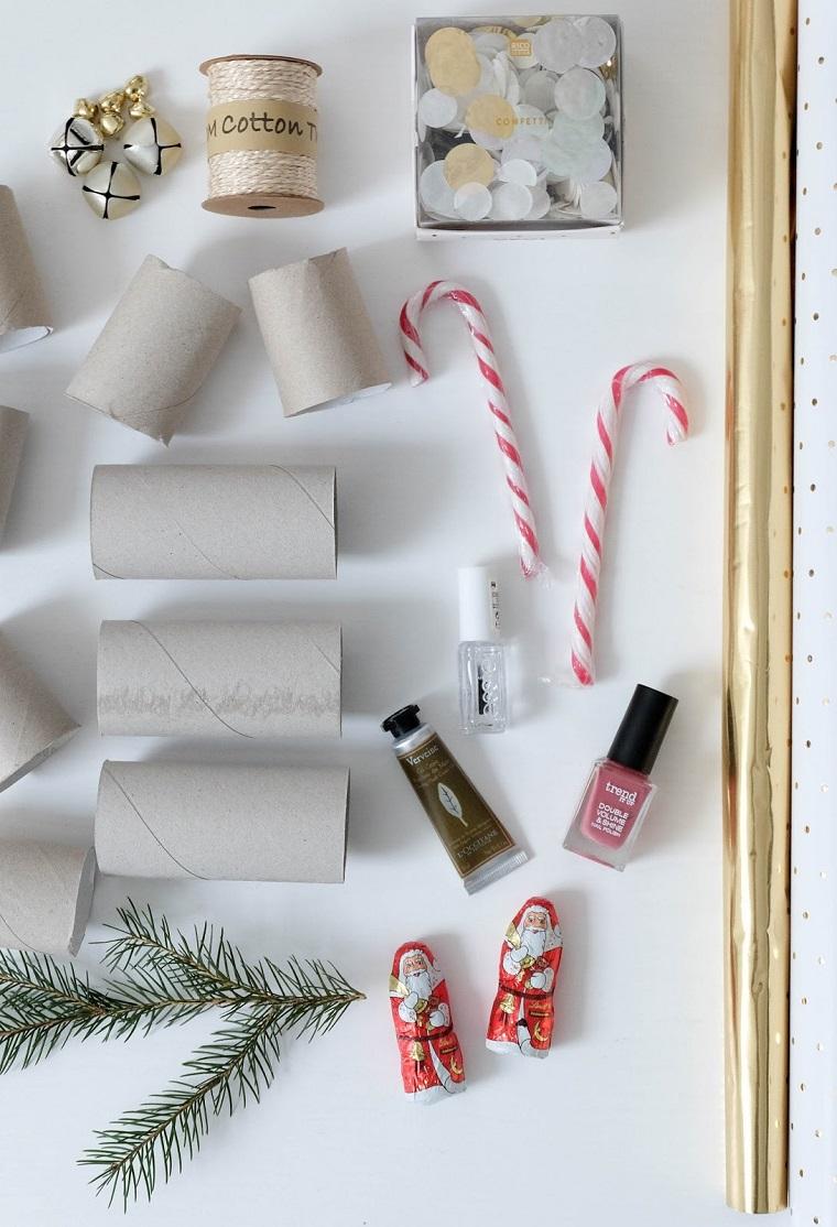 Addobbi natalizi fatti a mano e un'idea per dei regalini incartati con rotoli di carta igienica e carta a pois