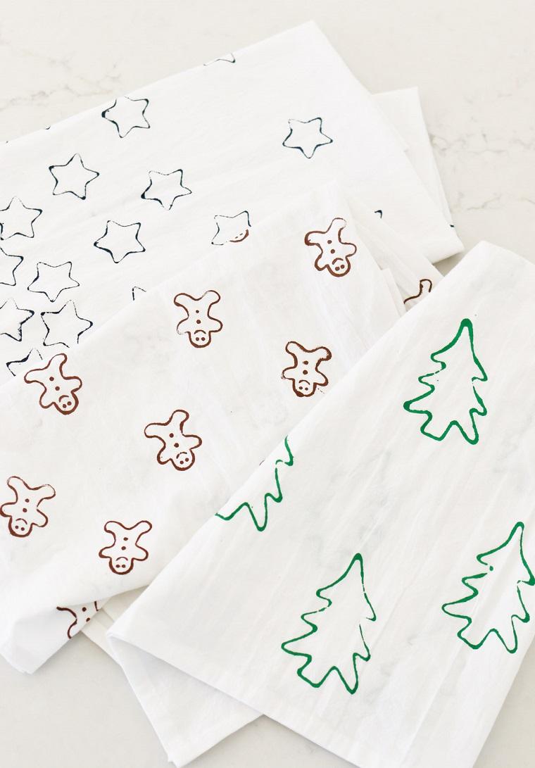 Lavori natalizi fatti a mano, strofinacci bianchi con stampo di stelle e alberi di Natale