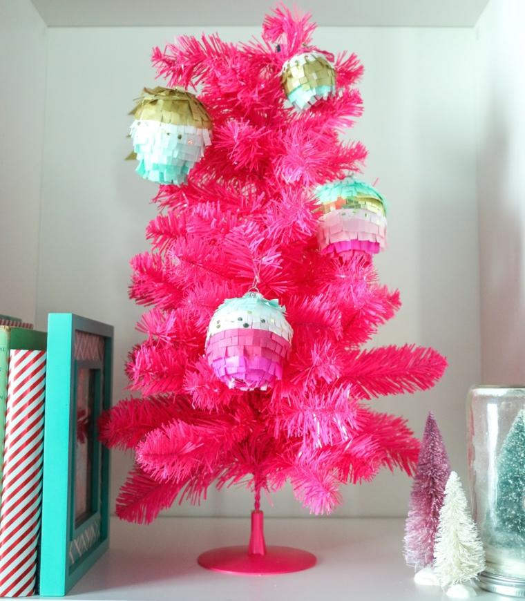Albero fucsia con palline di Natale fai da te, addobbi con carta velina colorata